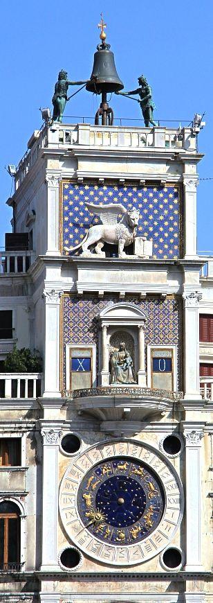 La tour de l'horloge, à Venise sur la place San Marco. Tour du XVe siècle,…