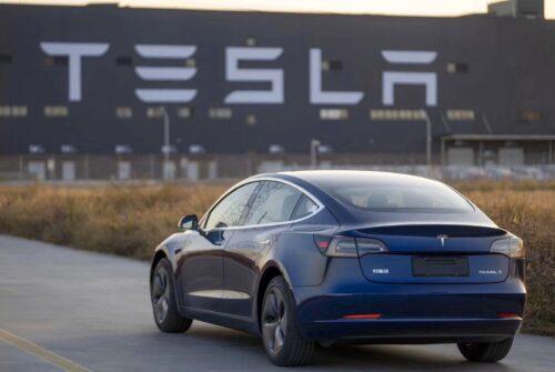 Découvrez la nouvelle fonction de stationnement automatique de Tesla